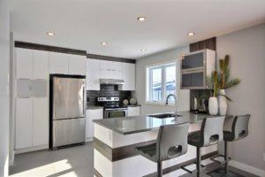 Maison unifamiliale St-Nicolas cuisine armoire blanche comptoire charcoal
