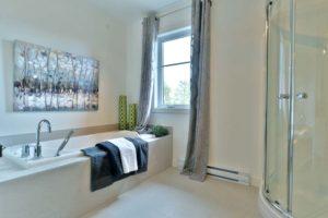 Salle de bain jumelé douche ovale vitre et bain podium