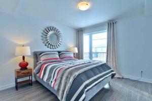 Chambre condo maître plancher bois gris