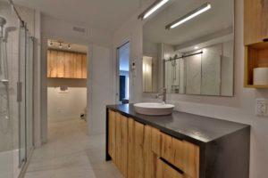 Salle de bain condo vue sur vanité brun foncé et bois veiné