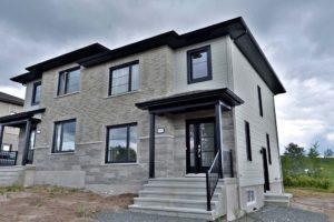 Extérieur jumelé toit noir et brique grise