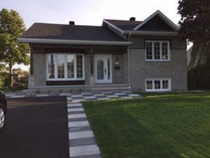 Rénovation maison façade avant brique grise et tuiles banches et grises