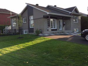 Rénovation maison façade avant brique grise et tuiles banches et grises vue de cote