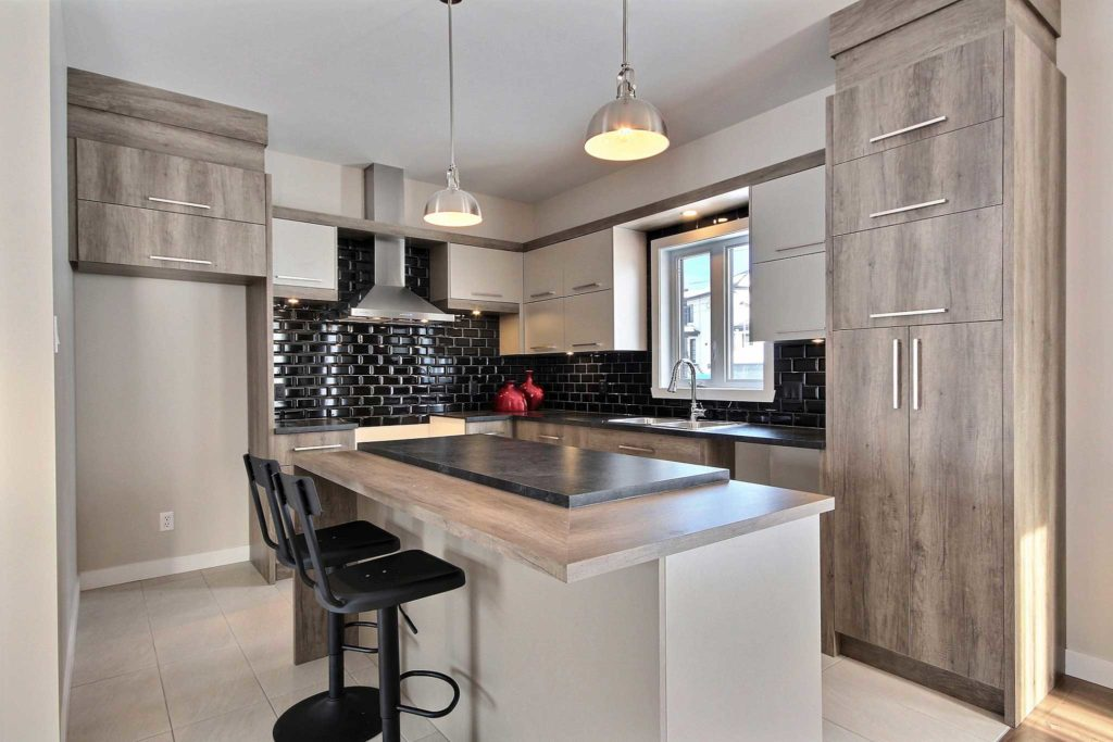 Maison unifamiliale St-Nicolas cuisine grise et blanche dosseret tuile noire