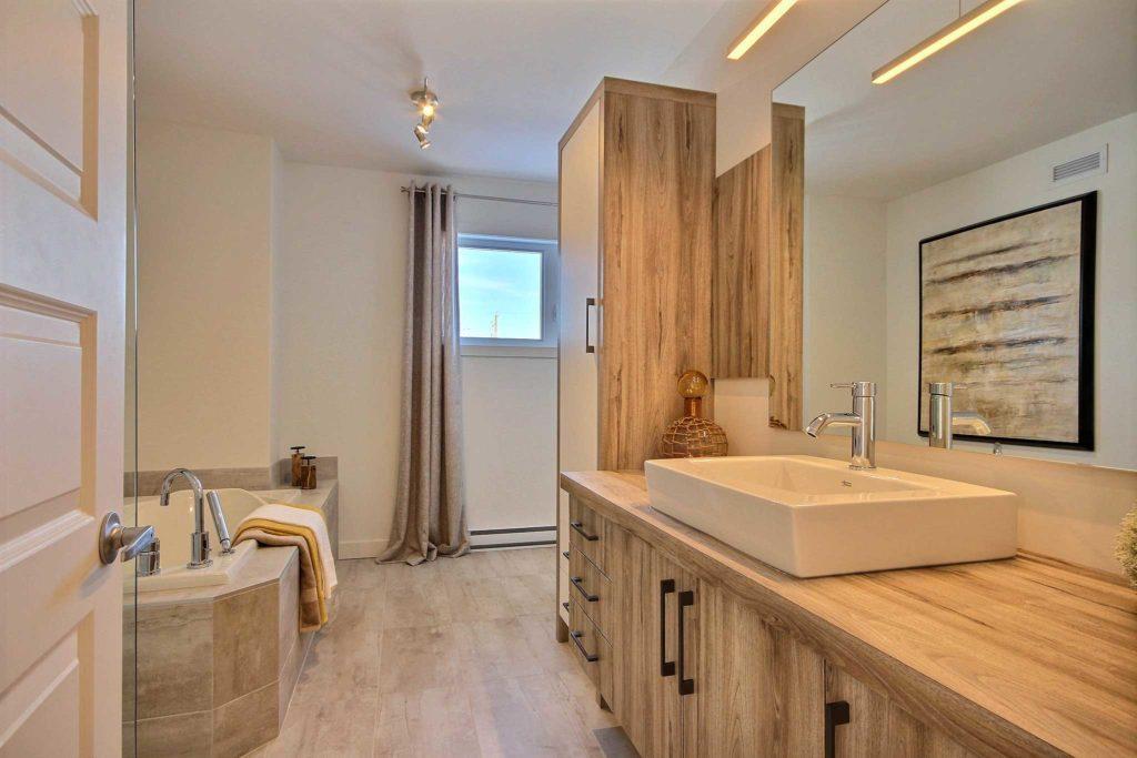 Maison unifamiliale St-Nicolas salle de bain vue vanite bois pale et blanche