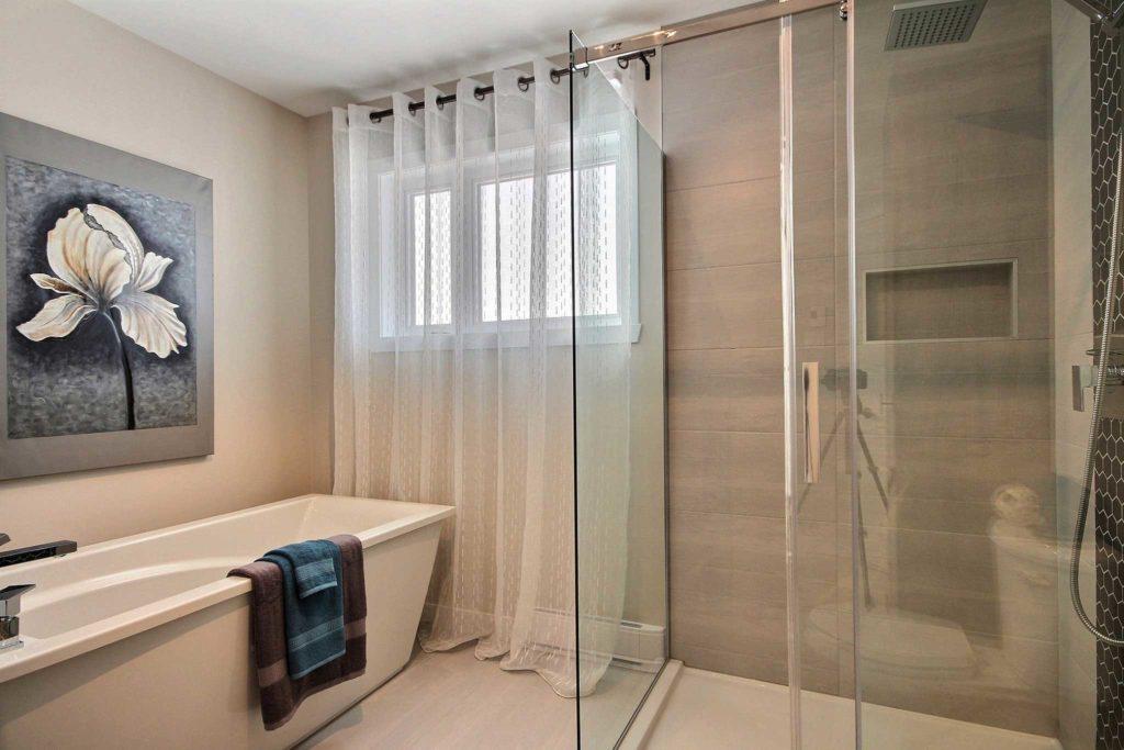 Maison unifamiliale St-Nicolas salle de bain gris beige douche vitre et bain