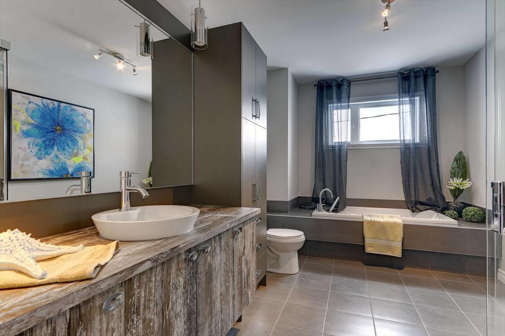 Salle de bain St-Isidore vue bain podium